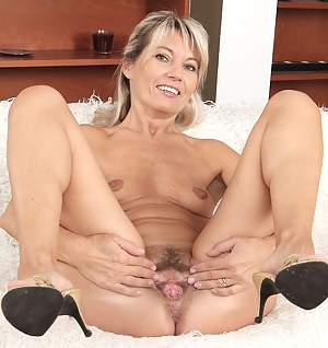 Young mom spreads pussy